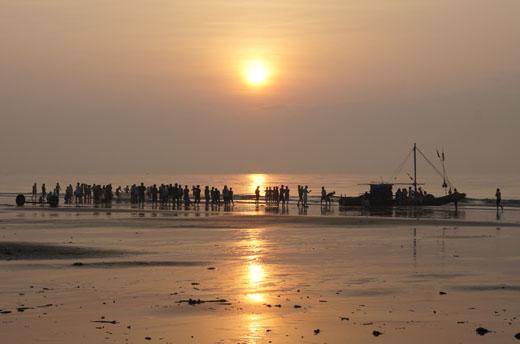 Cảnh biển Sầm Sơn vào lúc bình minh vào hè